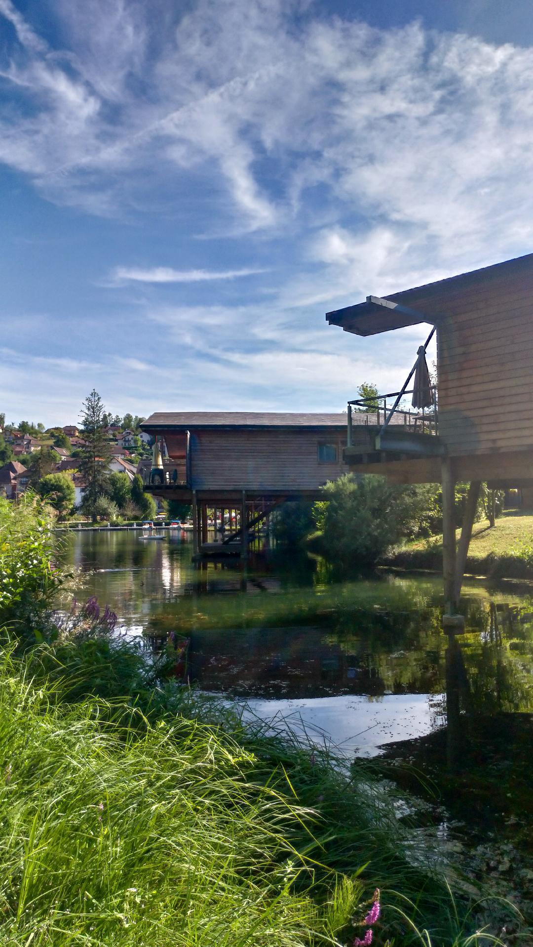 Maisons sur pilotis, village de Canaz près du lac du Bourget